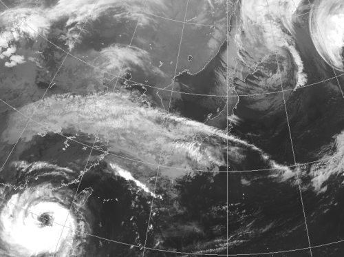初雪の筋状の雲とドーナツ状の台風