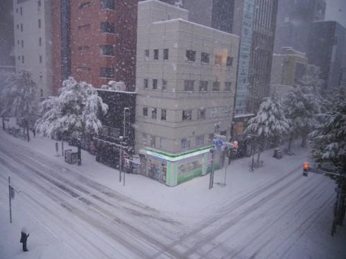 昨日の札幌市内 季節外れの大雪