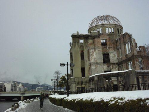 雪化粧した原爆ドーム (15日正午過ぎ)