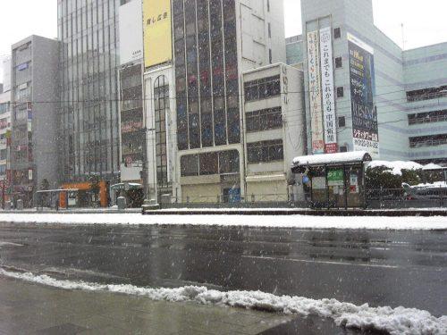 雪が降り続く広島市内 (15日正午過ぎ)